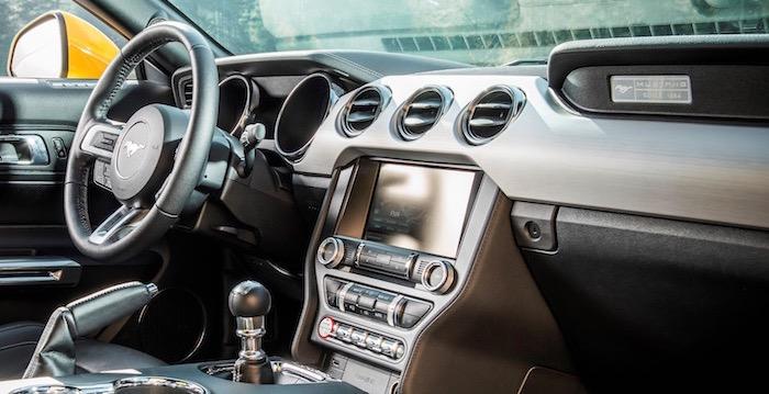 Bijrijder Ford Mustang krijgt meer beenruimte door nieuwe knie-airbag Driving-Dutchman