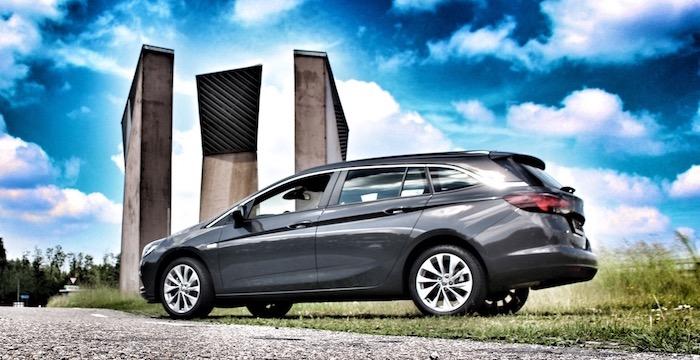 Opel Astra Sports Tourer zijkant - Driving-Dutchman