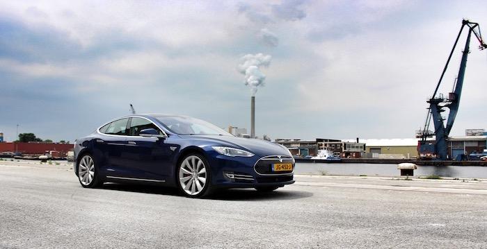 Tesla Model S P90D computer op wielen met raketaspiraties front Driving-Dutchman