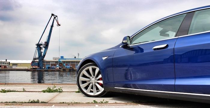 Tesla Model S P90D computer op wielen met raketaspiraties front zij Driving-Dutchman
