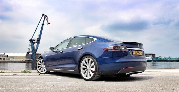 Tesla Model S P90D computer op wielen met raketaspiraties schuin Driving-Dutchman