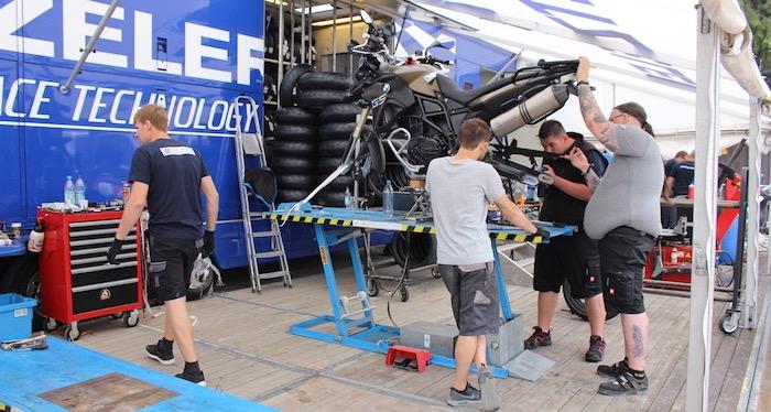 En je kan er zelfs je motor en banden laten repareren en vernieuwen!