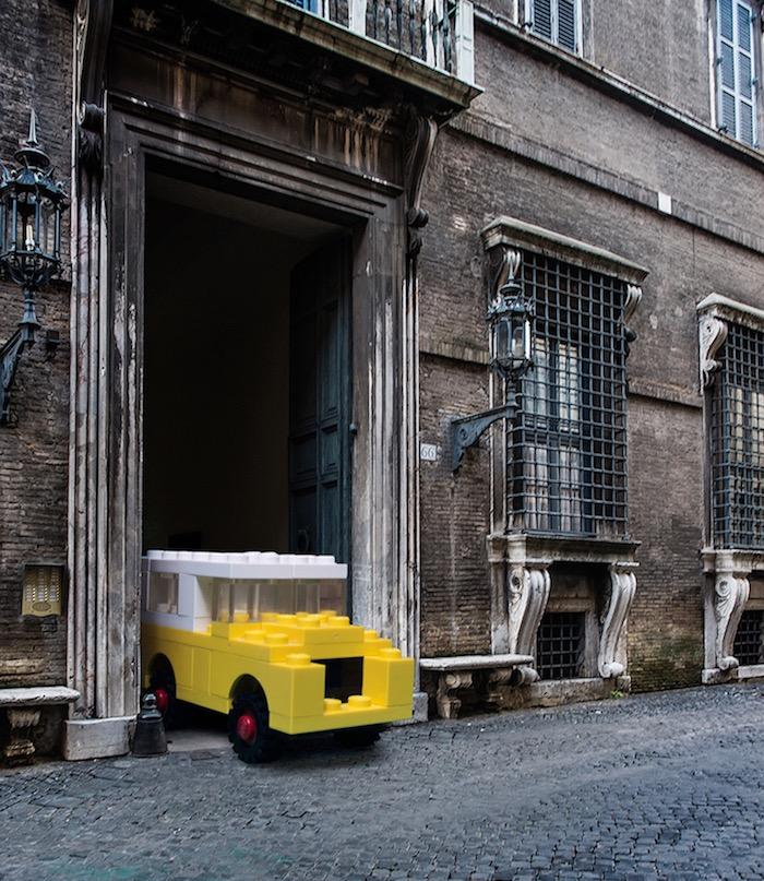 gigantische-lego-voertuigen-verschijnen-in-straten-van-rome-driving-dutchman01
