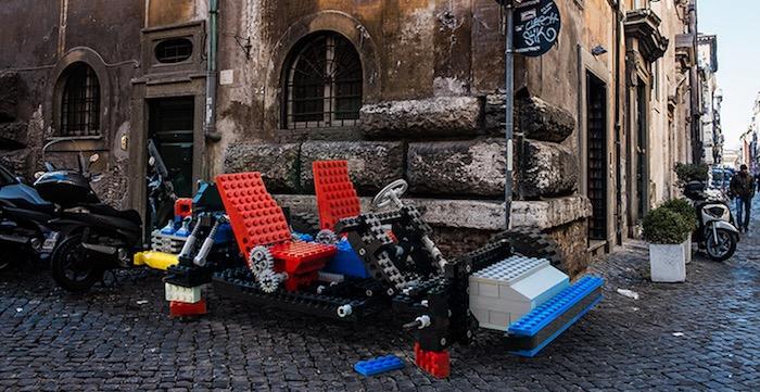 gigantische-lego-voertuigen-verschijnen-in-straten-van-rome-driving-dutchman03