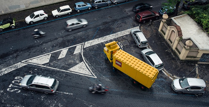 gigantische-lego-voertuigen-verschijnen-in-straten-van-rome-driving-dutchman04