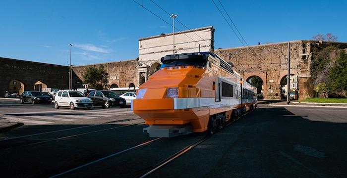 gigantische-lego-voertuigen-verschijnen-in-straten-van-rome-driving-dutchman05