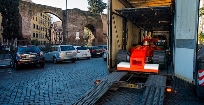 gigantische-lego-voertuigen-verschijnen-in-straten-van-rome-driving-dutchman06