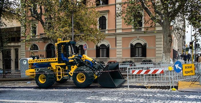 gigantische-lego-voertuigen-verschijnen-in-straten-van-rome-driving-dutchman07
