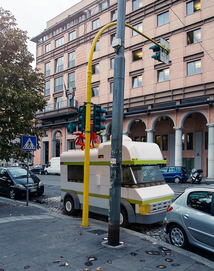 gigantische-lego-voertuigen-verschijnen-in-straten-van-rome-driving-dutchman08