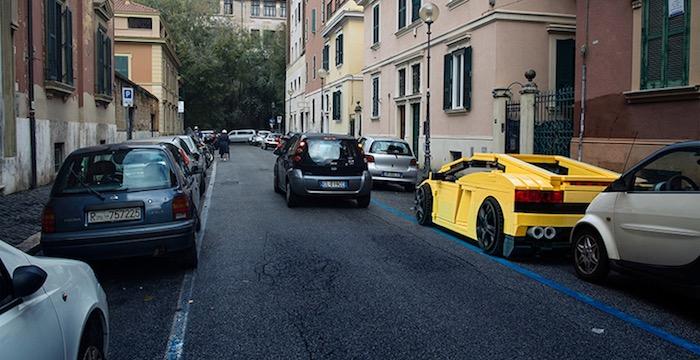 gigantische-lego-voertuigen-verschijnen-in-straten-van-rome-driving-dutchman10