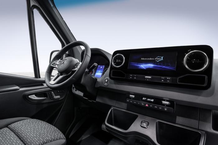 Het dashboard van de nieuwe Mercedes Sprinter wordt een communicatiehub