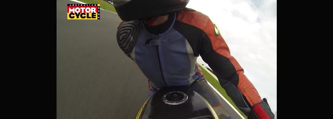 Man racet motor met 1 arm en 1 been [video]