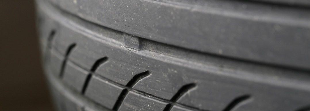 Let op auto's met slechte banden, het zijn er meer dan je denkt Driving-Dutchman